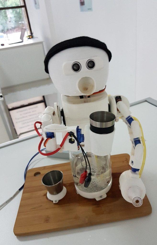 Робот Петя из России