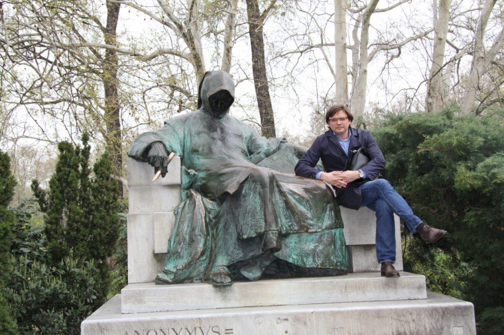 памятник Анонимусу - неизвестному хронологу при дворе короля Бела III